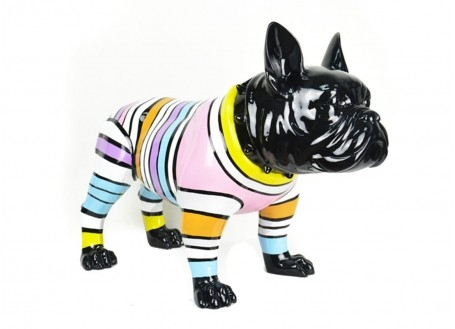 Chien Bouledogue noir. Habillé de rayures multicolores. Statue en résine