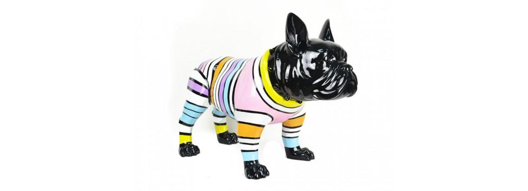 Chien Bouledogue noir. Habillé de rayures multicolores. Statue en résine - H43 cm.