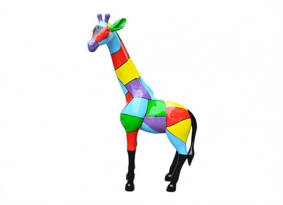 Giraffe statue in resin