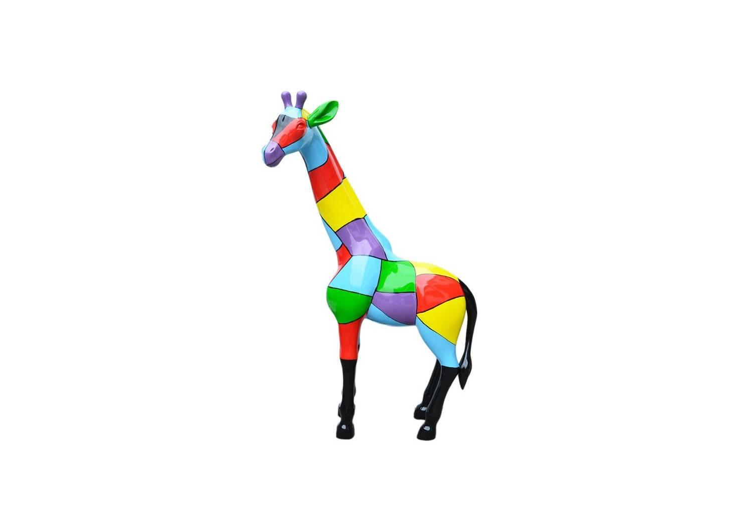 Grande statue de girafe. Habillé de motifs multicolores. En résine peinte 163 cm.