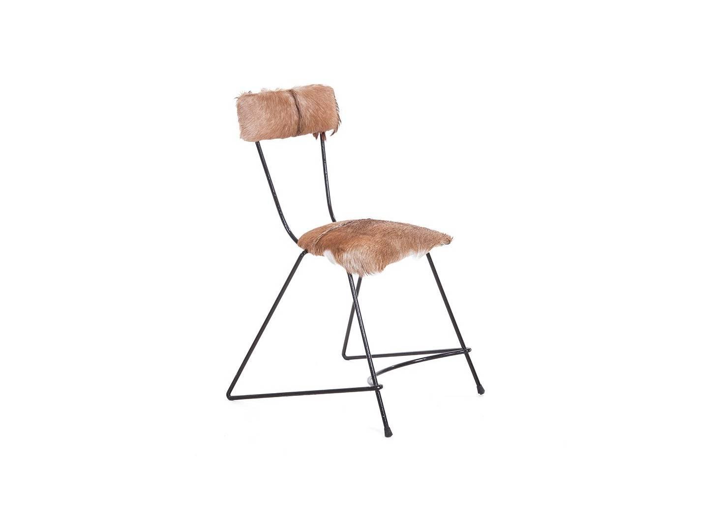Chaise trapèze en métal et revêtement en fourrure