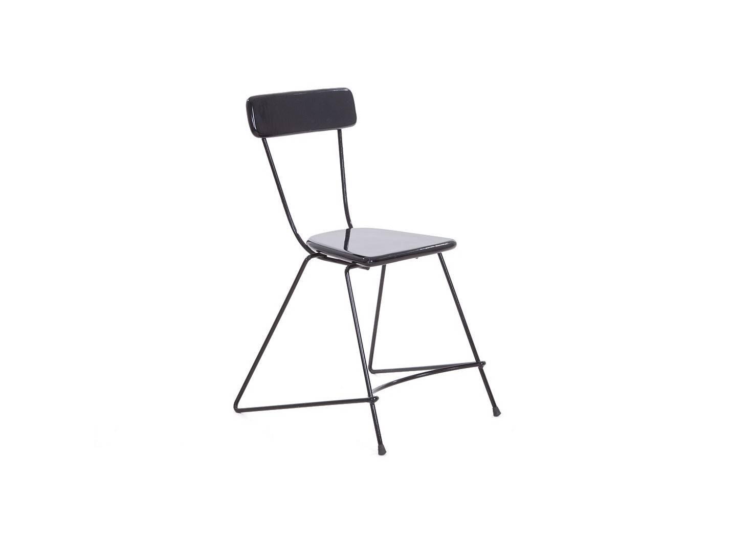 Chaise trapèze en métal, assise en bois peint vernis noir
