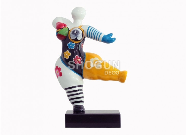 Statue Femme ronde, invitation à danser. Motifs fleuris -H33cm