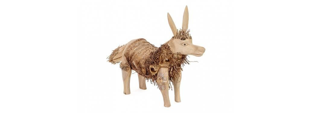 Loup, sculpture en bois. Artisanat du monde.