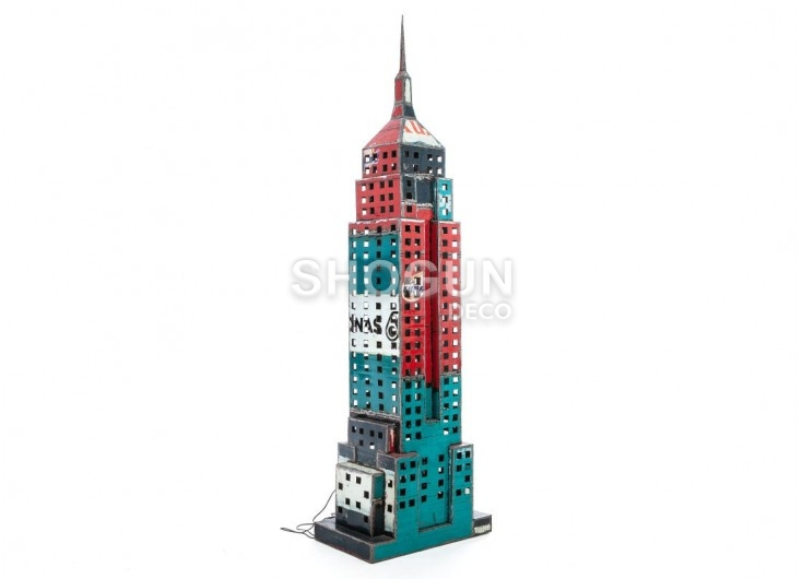 Empire state building en bidons recyclés - taille humaine
