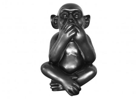 Statue de singe assis la bouche couverte. Résine grise