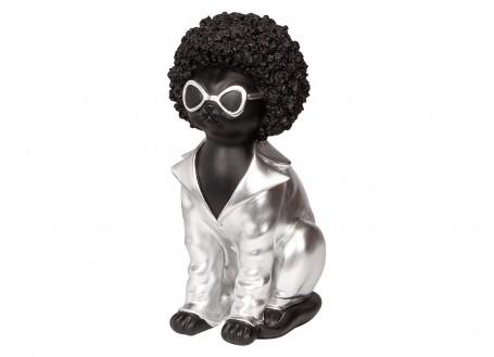 Chien Bouledogue assis. Tignasse noire et chemise argentée.
