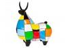 Statue de taureau noir, habillé de motifs multicolores
