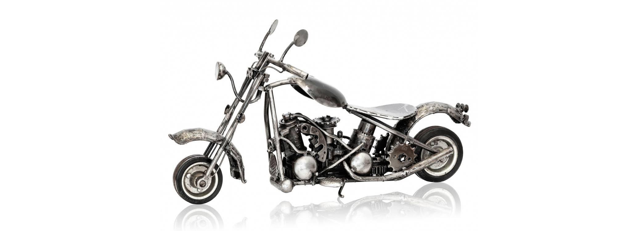 Sculpture de chopper en pièces de motos