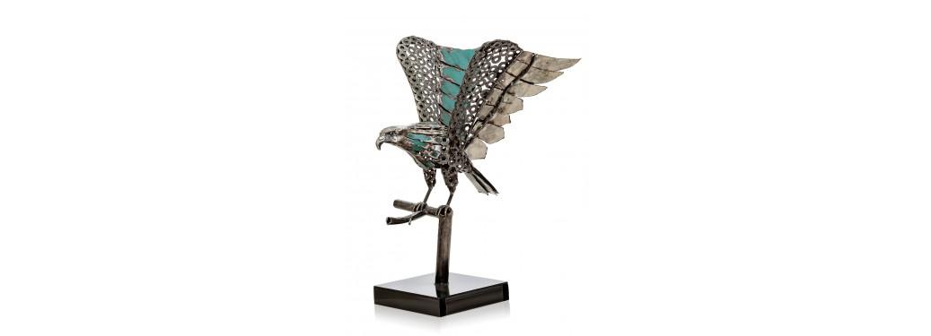 Sculpture d'aigle fabriquée à partir de pièces de motos
