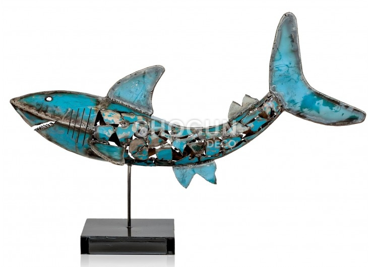 Statue de requin en métal récupéré