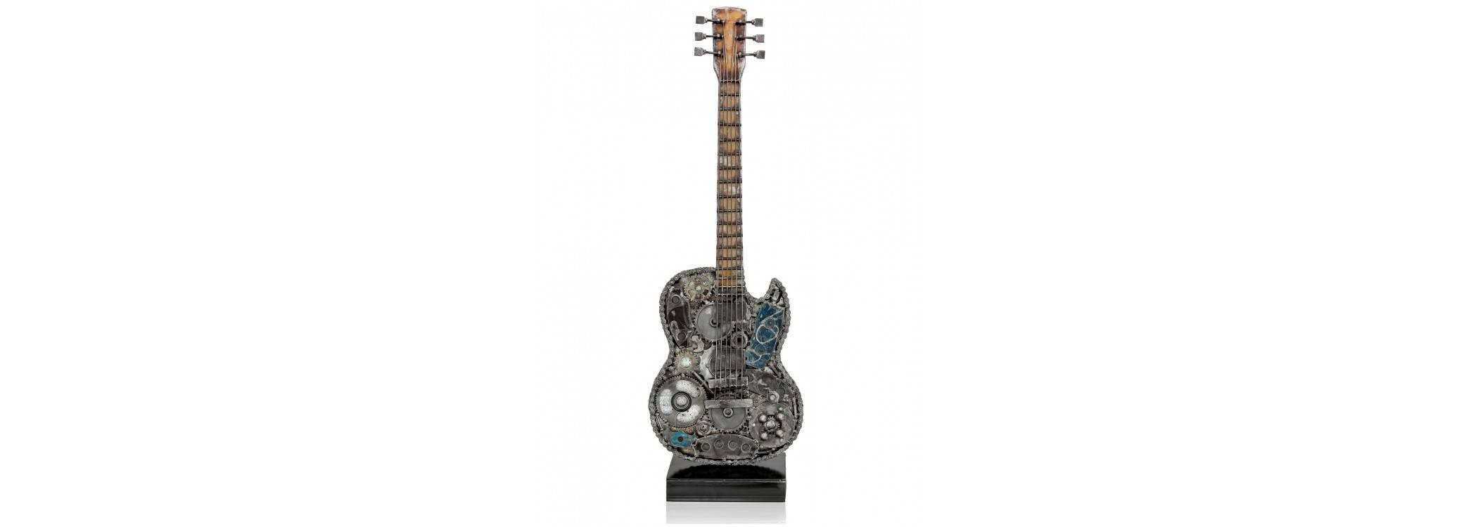 Sculpture de guitare éléctrique en métal récupéré