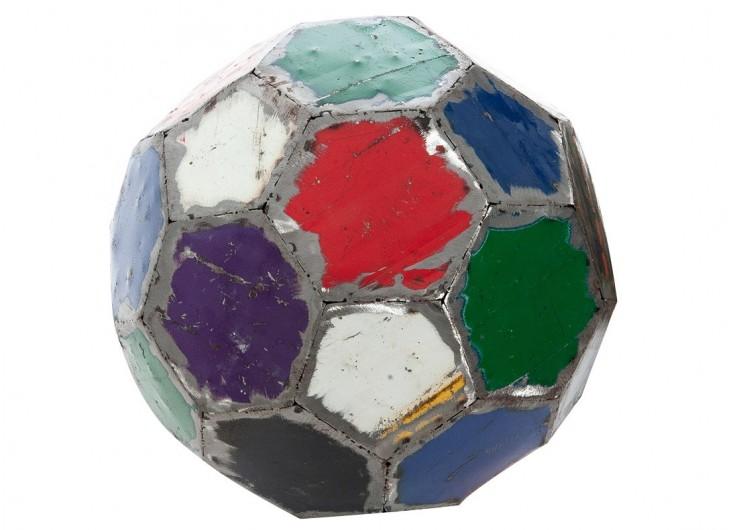 Ballon de football en  bidon recyclé - artisanat